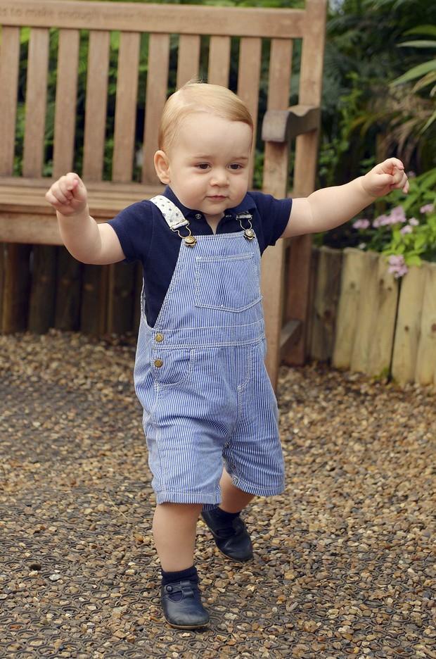 Família real divulga primeira foto do príncipe George andando (Foto: REUTERS/John Stillwell)