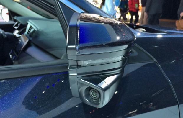 Retrovisor do Honda Civic Touring tem câmera (Foto: André Paixão/G1)