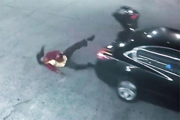 Câmeras de segurança registraram momento em que jovem escapa de sequestro (Foto: Reprodução / YouTube)