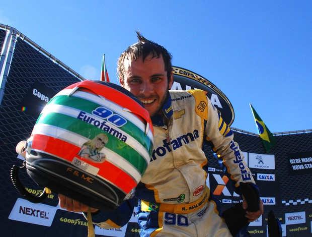 Stock Car: Ricardo Maurício comemora sua vitória em Nova Santa Rita, em 2010 (Foto: Duda Bairros / Stock Car)