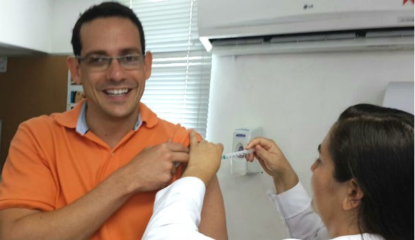 O executivo de vendas Sérgio Rodrigo mostrou que tomar vacina não dói (Foto: Divulgação/Marketing OAM)