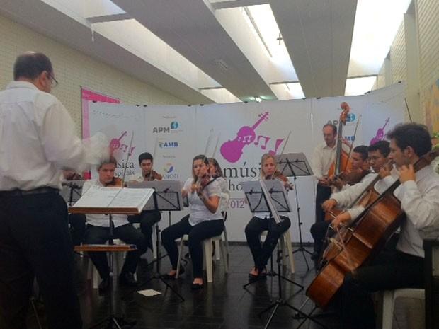 """Orquestra Limiar, do projeto """"Música nos hospitais"""", se apresentou no Hospital de Base de Brasília nesta quarta-feira (28). (Foto: Maiara Dornelles/G1)"""