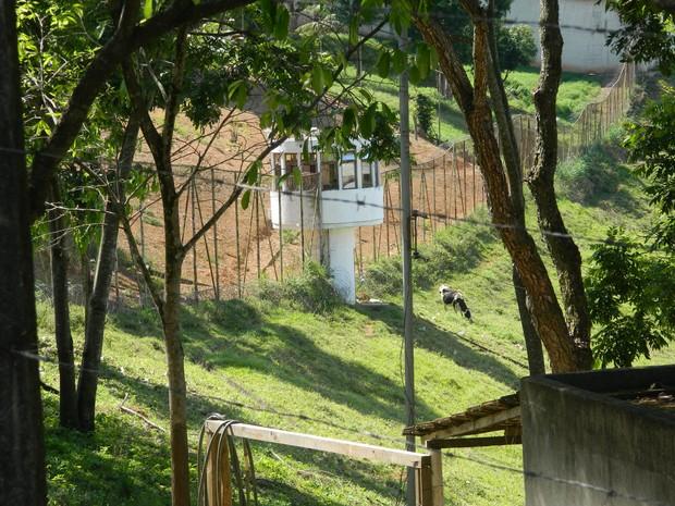 Detentos usaram cobertores para passar pela cerca. (Foto: Kaleo Martins / G1)