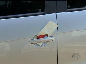 Empresário deixa cartão de visita com bilhete após bater em carro em MS (Foto: Reprodução/ TV Morena)