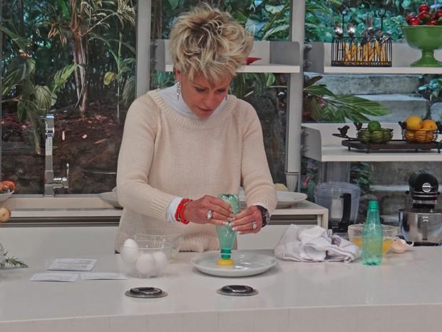 Ana Maria testa separar clara de ovo da gema com garrafa pet (Foto: Mais Você / TV Globo)