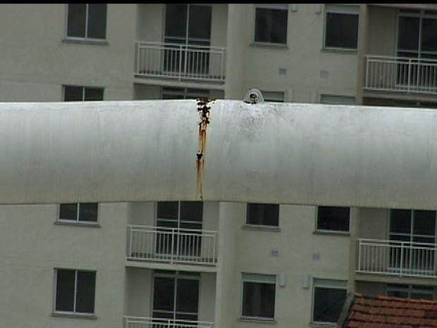 GloboCop filmou detalhe da rachadura na estrutura da cobertura do Engenhão (Foto: Reprodução / GloboCop)