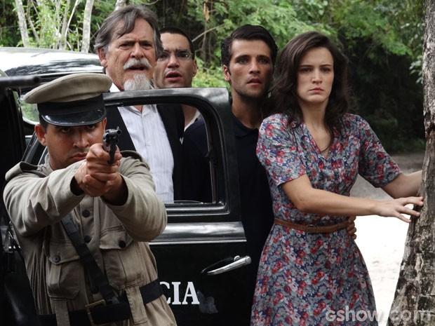 Franz, Amélia, Ernest e Sonan observam a ação da polícia (Foto: Joia Rara/TV Globo)