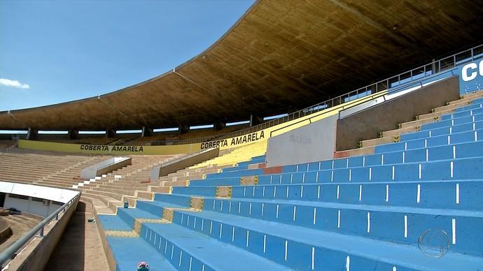 Arquibancadas cobertas do Morenão recebem demarcação de lugares (Foto: Reprodução/TV Morena)