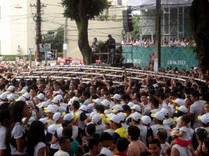 Promesseiros erguem a estrutura da corda. (Foto: Ingrid Bico/ G1 PA)