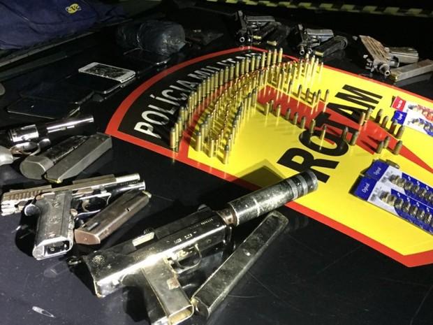Armas apreendidas com suspeitos mortos em tiroteio com a Rotam em Goiânia, Goiás (Foto: Divulgação/PM)