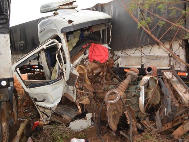 Uma das carretas ficou com a cabine destruída (Foto: Sandro Regino/ Rede Amazônica)
