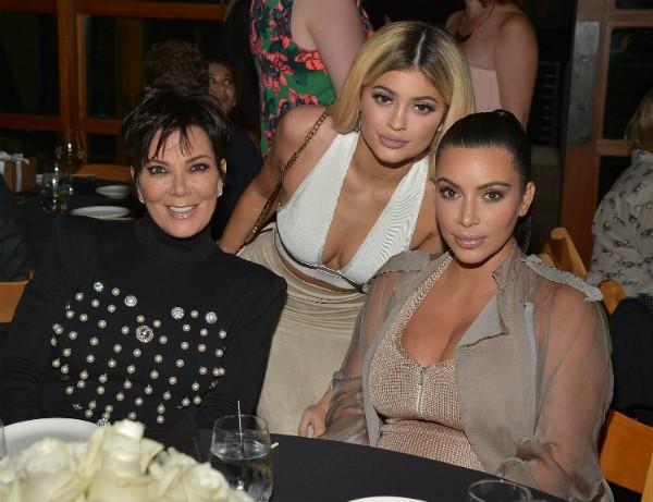 Kris Jenner com as filhas Kim Kardashian e Kylie Jenner (Foto: Getty Images)