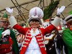 Mulheres de Colônia curtem Carnaval com policiamento extra após ataques
