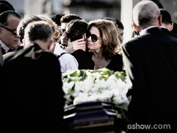 Duda e Angela no enterro da família (Foto: O Rebu / TV Globo)