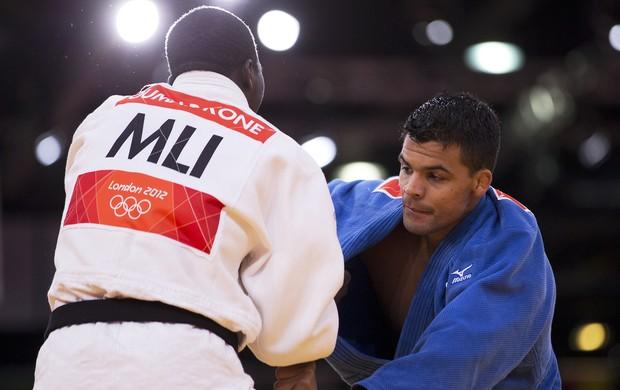 Luciano Corrêa contra Oumar Kone (Foto: Marcio Rodrigues / FOTOCOM.NET )