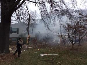 Fumaça é vista depois que um pequeno avião caiu nesta segunda-feira (8) em uma casa na cidade de Gaithersburg (Foto: REUTERS/Montgomery County Fire & Rescue Service/Handout )