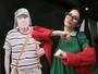 Claudia Alende se veste de Chiquinha e visita exposição do Chaves