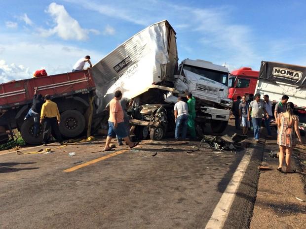 Acidente na BR-163 envolveu caminhões, carretas e carro de passeio (Foto: Jéssica Bergamo)