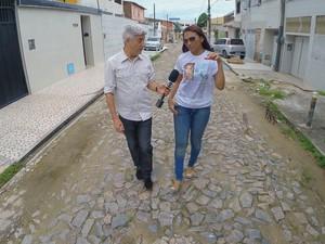 PREP_ Caco Barcellos e a inspetora da polícia civil Vitória Holanda, uma amiga de infância de Dandara (Foto: TV Globo)