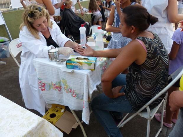 Serviços, como corte de cabelo e aferição de pressão, foram oferecidos para os pais (Foto: Divulgação/RPC TV)