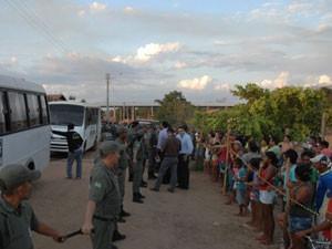 Multidão cerca casa onde estava suposto profeta, em Teresina (Foto: Gil Oliveira/Portal da Clube)