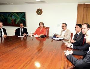 Dilma Rousseff recebe representantes da Fisu - Universíade (Foto: Glauber Queiroz / Ministério do Esporte)