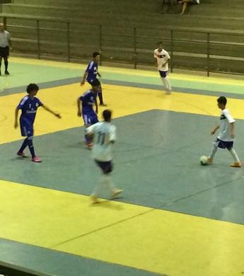 Vivaz e Real Madrid no primeiro duelo da final do futsal sub-15 (Foto: Lívia Souza)