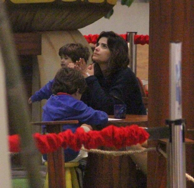 Vanessa Giácomo com os filhos em shopping do Rio (Foto: Marcus Pavão / AgNews)