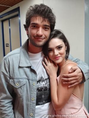 Carrão e Isabelle torcem para que Giane e Fabinho fiquem juntos (Foto: Sangue Bom / TV Globo)