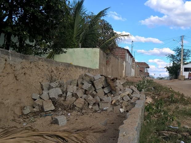 Moradores de Serra Branca utilizaram o material do calçamento que não foi concluído para construir calçadas e muros (Foto: Diogo Almeida/G1)