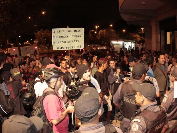 Manifestantes na porta do Festival do Rio (Foto: Isac Luz / EGO)