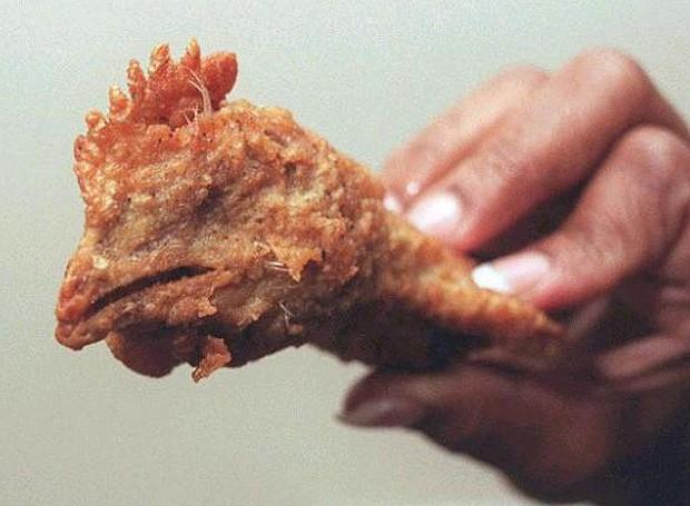 Em 2007, uma mulher encontrou uma cabeça de galinha intata no meio do frango frito que havia comprado no McDonald's (Foto: Reprodução)