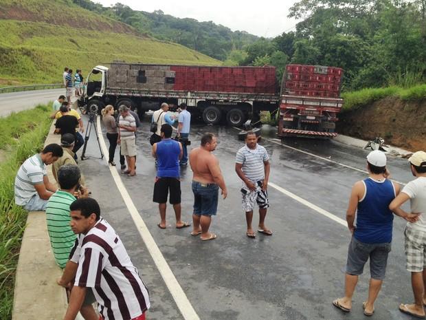 Até o início de sexta-feira, PRF não tinha previsão da liberação da rodovia BR-101 (Foto: Walter Paparazzo/G1)