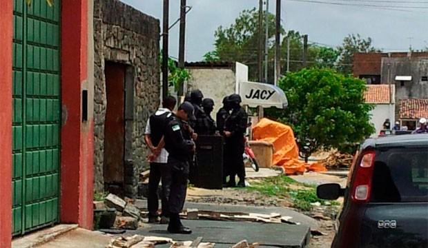Policiais militares negociam a libertação dos reféns (Foto: Henrique Dovalle/Inter TV Cabugi)