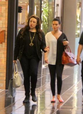 Ana Carolina e Leticia Lima passeando em um shopping do Rio em 2014 (Foto: Agnews)
