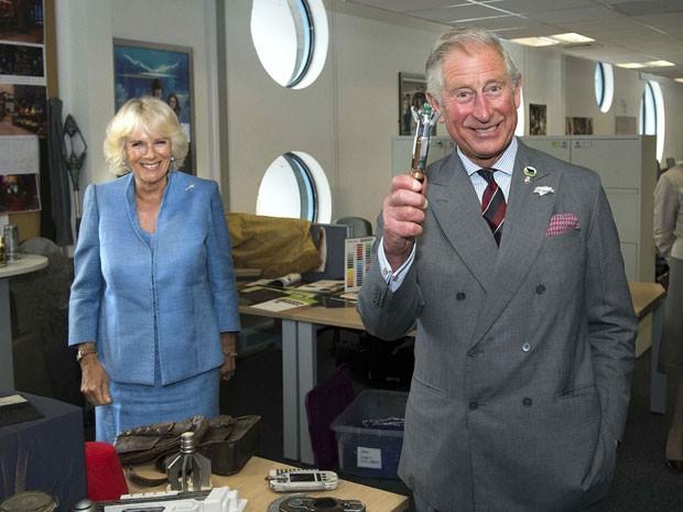 Ao lado da esposa Camilla, príncipe Charles brinca com a chave de fenda supersônica do protagonista da série 'Doctor Who' (Foto: Arthur Edwards/Reuters )