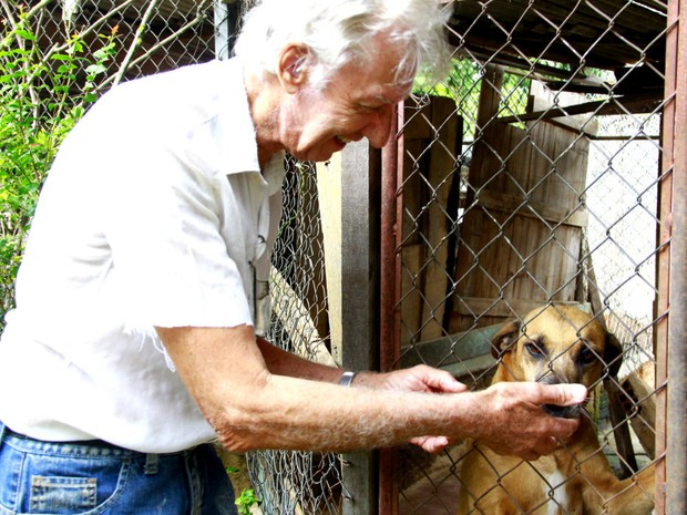 Enio Malaquini cuida de cães e gatos em São Carlos há mais de 30 anos (Foto: Fabio Rodrigues/G1)