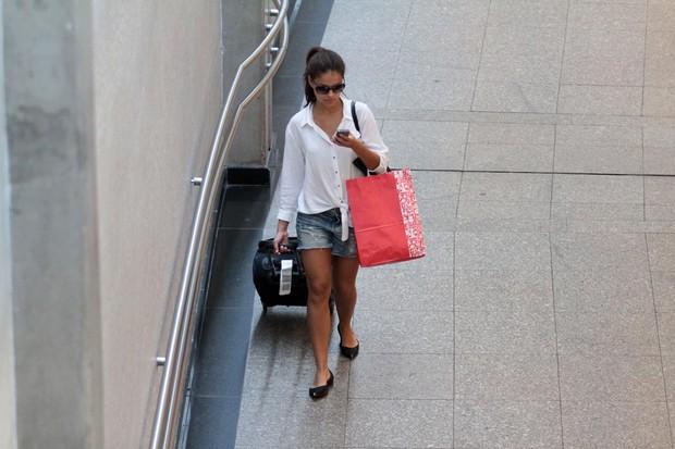 Paloma Bernardi no aeroporto (Foto: Orlando Oliveira / AgNews)