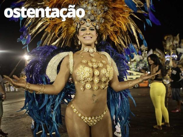 A Miss Bumbum Bahia, Yara Muniz, escolheu desfilar com um tapa-sexo minúsculo na madrugada deste domingo (15) em São Paulo. Madrinha da harmonia da escola de samba Acadêmicos do Tatuapé (Foto: Caio Kenji/G1)