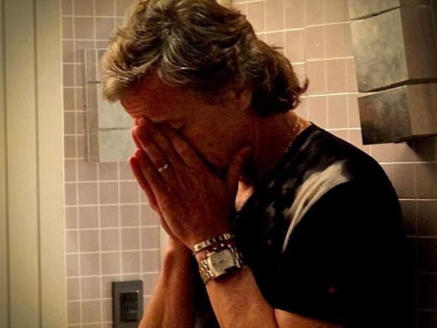 Max percebe que fez papel de idiota (Foto: Avenida Brasil/TV Globo)