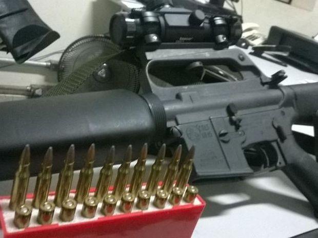 Um fuzil estava entre o armamento encontrado na casa (Foto: Divulgação/ Polícia Militar)