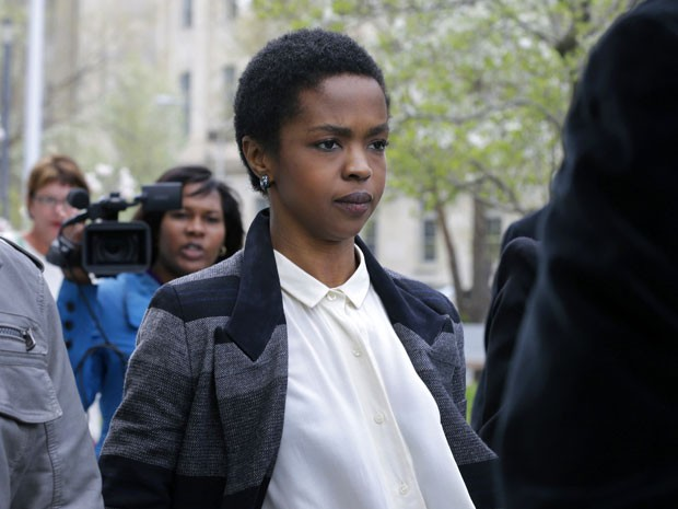 Lauryn Hill deixa a corte federal de Newark, em Nova Jersey, após seu julgamento em 22 de abril de 2013 (Foto: AP/Mel Evans )