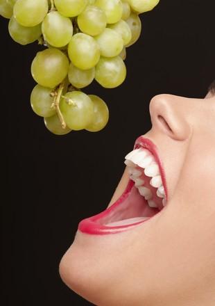 Mulher  comendo uva (Foto: Getty Images)