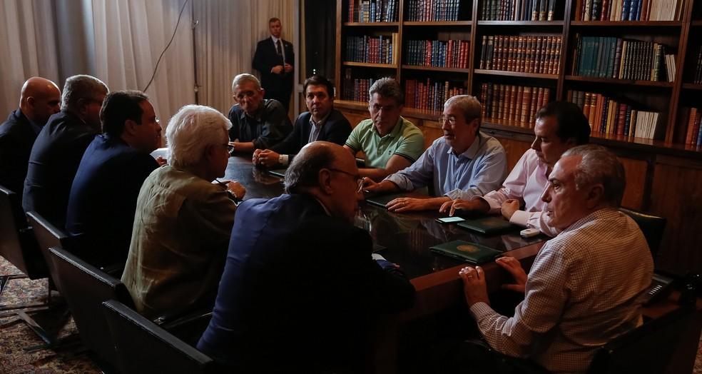 O presidente Michel Temer (dir.), durante a reunião deste domingo no Alvorada (Foto: Marcos Corrêa/PR)
