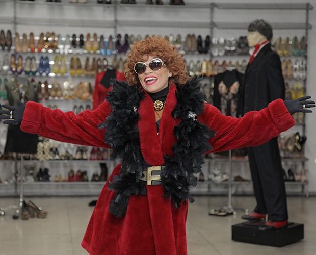 Tia Suelly, vivida por Suzana Pires, esbanjou muito glamour com seu look marcante (Foto: Globo/Fabiano Battaglin)