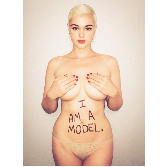 stefania ferrario, estrela da grife de lingerie de Dita von teese, é considerada plus-size e aderiu à campanha (Foto: Reprodução/Instagram)