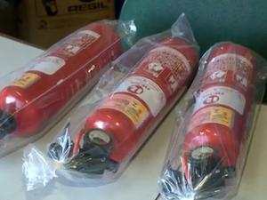Extintor ABC de 1 quilo passou a ser vendido mais caro (Foto: Reprodução/TV Gazeta)