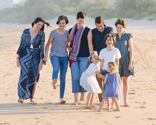 Justin Coulson, a esposa e as seis filhas (Foto: Reprodução Facebook)