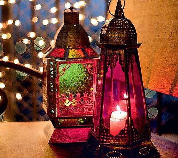 Nada é mais romântico que um jantar á luz de velas, não é? Que tal fugir do óbvio e colocar os pontos de luz dentro de lanternas coloridas? (Foto: Ricardo Corrêa/Casa e Comida)