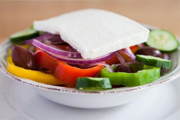 Salada grega digna de restaurante! Aprenda a receita leve e refrescante